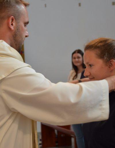 Ania przyjmuje krzyż