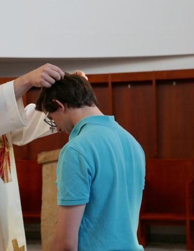 Kamil przyjmuje krzyż